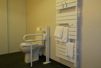 salle de bains pour personne a mobilite reduite 86