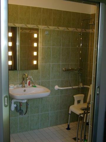 salles de bains pour personne mobilit r duite 86. Black Bedroom Furniture Sets. Home Design Ideas
