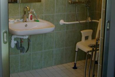 salle de bains pour personne a mobilite reduite Belabre